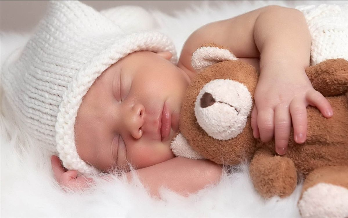 miegantis kūdikis